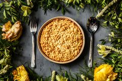 Bouquet des fleurs lumineuses et de la tarte aux pommes se trouvant sur le fond gris Configuration plate Vue supérieure image libre de droits