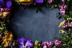 Bouquet des fleurs lumineuses pour des femmes jour, fond de fête des mères Configuration plate Vue supérieure photos stock