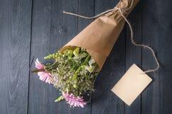 Bouquet des fleurs mélangées et d'une carte de message Images libres de droits