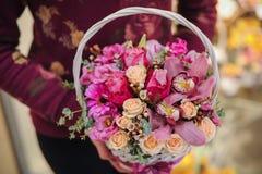 Bouquet des fleurs roses dans le panier Images libres de droits