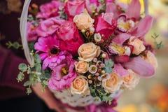 Bouquet des fleurs roses dans le panier Photos libres de droits