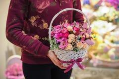 Bouquet des fleurs roses dans le panier Photo libre de droits