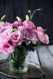 Bouquet des fleurs roses en décor de vintage de vase Photos libres de droits