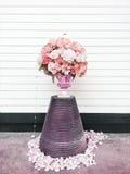 Bouquet des fleurs roses et blanches sur le fond en bois clair, chrysanthème, décor floral de vintage élégant Photos libres de droits