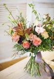 Bouquet des fleurs roses pour la jeune mariée sur une table Image libre de droits