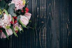 Bouquet des fleurs roses sur le fond en bois foncé photo stock