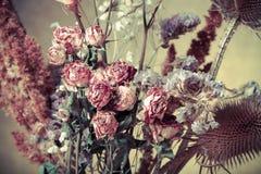 Bouquet des fleurs sèches sur le fond de toile de jute Foyer sélectif À Photographie stock