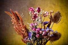 Bouquet des fleurs sèches sur le fond de toile de jute Foyer sélectif À Photos libres de droits