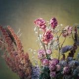 Bouquet des fleurs sèches sur le fond de toile de jute Foyer sélectif À Image libre de droits