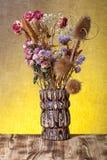 Bouquet des fleurs sèches sur le fond de toile de jute Foyer sélectif Image libre de droits