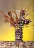 Bouquet des fleurs sèches sur le fond de toile de jute Foyer sélectif Photographie stock libre de droits