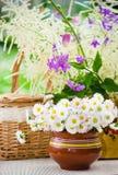 Bouquet des fleurs sauvages dans un pot la table Image stock