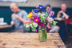 Bouquet des fleurs sauvages en café Photo libre de droits