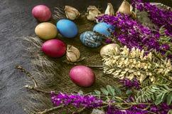 Bouquet des fleurs sauvages et des oeufs de pâques colorés Image libre de droits