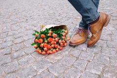Bouquet des fleurs sur le fond en pierre gris Photographie stock libre de droits