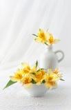 Bouquet des fleurs sur une nappe blanche de dentelle Photo stock