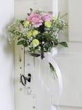 Bouquet des fleurs sur une vieille trappe européenne réparée Photographie stock libre de droits