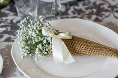 Bouquet des gypsophilas du plat blanc en papier d'art, composition images stock