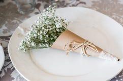 Bouquet des gypsophilas du plat blanc en papier d'art, composition photographie stock libre de droits