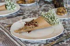 Bouquet des gypsophilas du plat blanc en papier d'art, composition photos stock