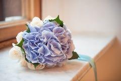Bouquet des hortensias blancs et bleus, attaché avec un ruban, sur le filon-couche de fenêtre Images stock
