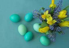 Bouquet des jonquilles, des tulipes et du Muscari Pâques Les oeufs de pâques sont bleus et turquoise Images stock