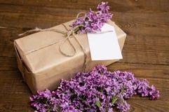 Bouquet des lilas sur une table en bois avec un boîte-cadeau Photos libres de droits