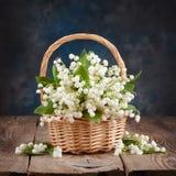 Bouquet des lis de la vallée sur la table images stock