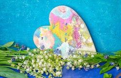 Bouquet des lis de la vallée sur un fond bleu grunge Images stock