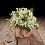 Bouquet des lis de la vallée sur le vieux conseil Photo stock