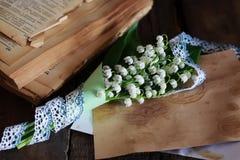 Bouquet des lis frais de la vallée et du rétro livre Image libre de droits