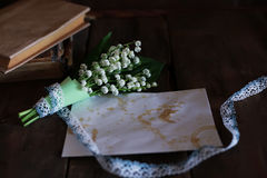 Bouquet des lis frais de la vallée et du rétro livre Image stock