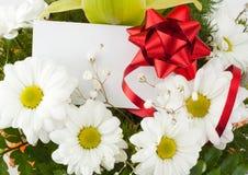 Bouquet des marguerites avec la carte Image stock