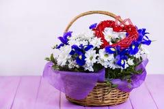 Bouquet des marguerites blanches et du coq bleu Photos libres de droits