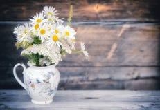 Bouquet des marguerites dans le pot Image stock