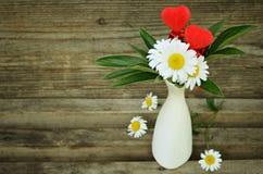 Bouquet des marguerites et de deux coeurs Image libre de droits