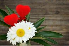 Bouquet des marguerites sur le bois gris Photographie stock