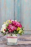 Bouquet des oeillets roses et de l'alstroemeria jaune Image stock