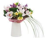 Bouquet des orchidées dans le vase blanc d'isolement sur le fond blanc. Images stock
