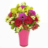 Bouquet des orchidées, des roses et des gerberas dans le vase d'isolement sur le blanc Photo libre de droits