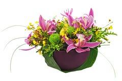 Bouquet des orchidées et des lis dans le vase d'isolement sur le backgr blanc Image libre de droits