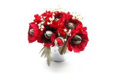 Bouquet des pavots de papier faits main avec des sucreries dans un seau galvanisé en métal comme cadeau Images libres de droits