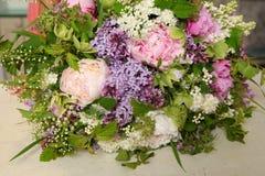 Bouquet des pivoines avec des lilas Photos libres de droits
