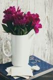 Bouquet des pivoines roses, du vieil album photos, des vieilles photographies vides et d'une montre de poche Photo stock