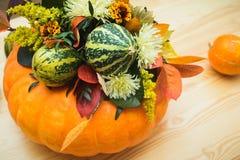 Bouquet des potirons, des fleurs et des feuilles Photos libres de droits