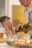 Bouquet des roses à l'épouse étonnée Images stock