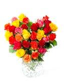 Bouquet des roses assorties colorées dans la forme de coeur Image stock