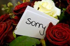 Bouquet des roses avec la carte d'excuses Photographie stock libre de droits