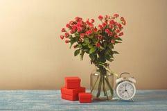Bouquet des roses avec le cadeau Photographie stock libre de droits