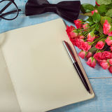 Bouquet des roses avec le cadeau Photos stock